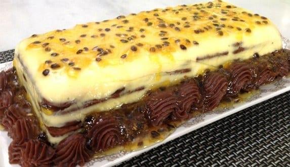 Use biscoitos maisena sabor chocolate e suco de maracujá para fazer uma deliciosa sobremesa