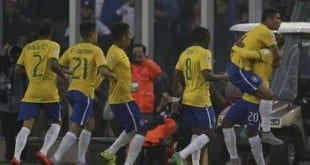 Thiago Silva foi comemorar com banco de reservas brasileiro