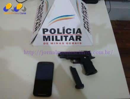 Réplica de arma utilizada pelos menores e celular roubado da vítima e recuperado pela Polícia Militar