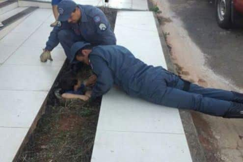 MG - Bombeiros escavam passeio para salvar criança que caiu em buraco