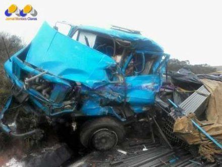 Norte de Minas - Acidente entre duas carretas deixa um homem morto perto de Francisco Sá