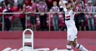 Alexandre Pato marcou de cabeça o gol da vitória do São Paulo (foto:Ale Cabral/LANCE!Press) Leia mais no LANCENET! http://www.lancenet.com.br/minuto/Sao_Paulo-Cruzeiro-Campeonato_Brasileiro_0_1400860000.html#ixzz3h53q56lk © 1997-2015 Todos os direitos reservados a Areté Editorial S.A Diário LANCE!