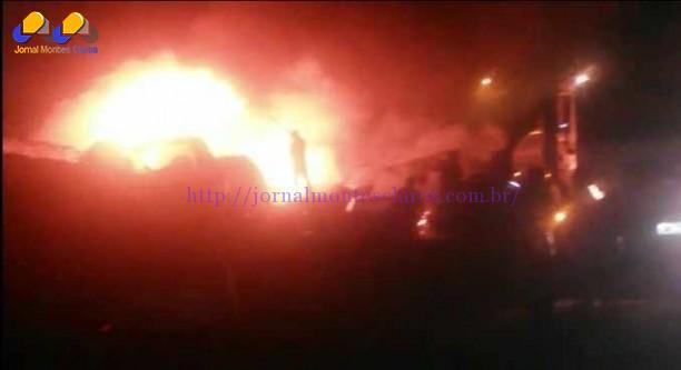 Incêndio destrói vários veículos em pátio de Taiobeiras