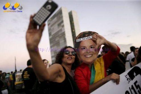 Una mujer se toma una 'selfie' en una protesta contra Dilma Rousseff. / U. M. (REUTERS)