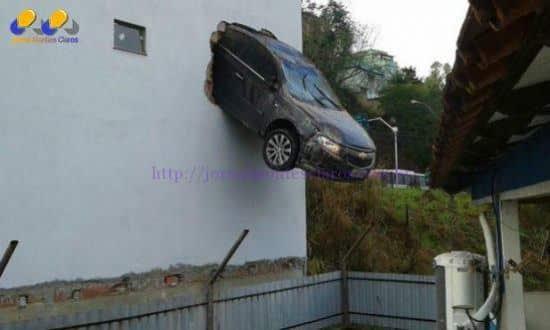 Motorista morava no prédio e não se feriu no incidente Foto: Divulgação/Polícia Militar e Corpo de Bombeiros