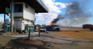 Norte de Minas - Caminhão pega fogo em posto de constituíveis em Engenheiro Navarro -Foto: Carlos Franca