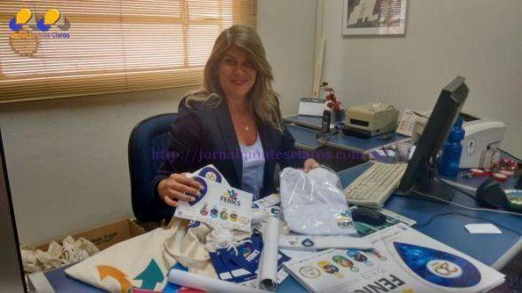 Cléia Paulino, coordenadora da Fenics, com os kits do expositor