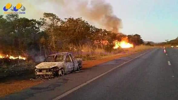 Norte de Minas – Incêndio destrói veículo e atinge vegetação na beira da BR-365 perto de Pirapora
