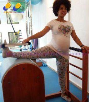 A prática de pilates tem ajudado Joana a manter a saúde em harmonia na gestação (Foto: Andrea Palmeira/Divulgação)