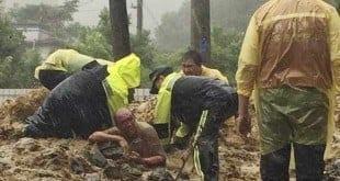 Homem é resgatado em Xindian, após a passagem do tufão Soudelor (Foto: Corpo de Bombeiros de New Taipei/AP)