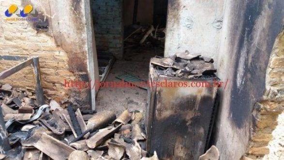 Norte de Minas - Bombeiros salvam idoso que ficou confinado enquanto casa pegava fogo em Januária