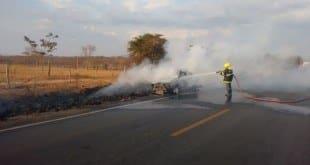 Norte de Minas – Bombeiros combatem incêndio em veículo às margens da MGC 122 próximo a Porteirinha