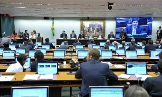 Rombo é estimado pelos servidores dos Correios, que acompanharam a sessão na Câmara, em cerca de R$ 6,3 bilhões
