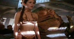 """Roupa de banho aparece em """"Star Wars Episódio VI: O Retorno de Jedi"""", quando a personagem é feita prisioneira de Jabba"""