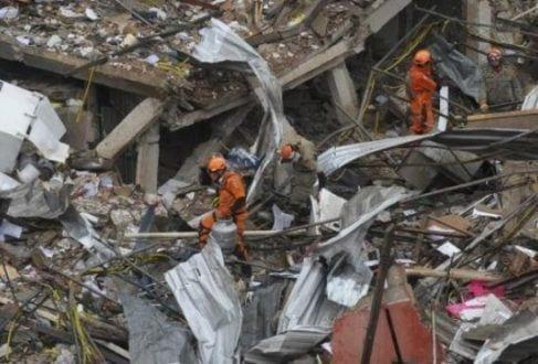 Bombeiros buscam vítimas no local em que prédio desabou no Rio