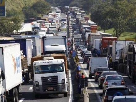 Brasil - Greve dos caminhoneiros entra no segundo dia com bloqueios