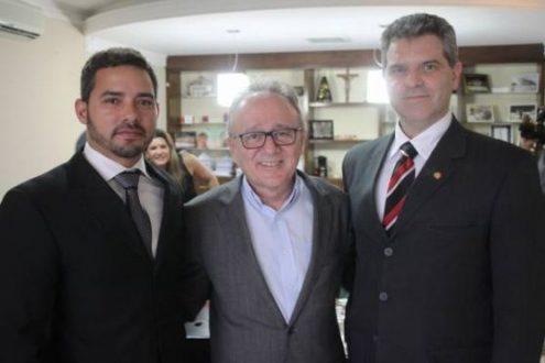 Prefeito Léo Silveira entre o novo delegado Jurandir Rodrigues (à esq.) e o chefe do 14º Depto. Polícia Civil, André Pelli (à dir.)
