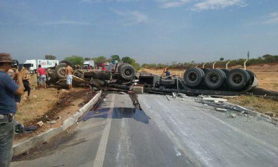 Montes Claros - Caminhão tomba ao bater em vaca e uma pessoa morre