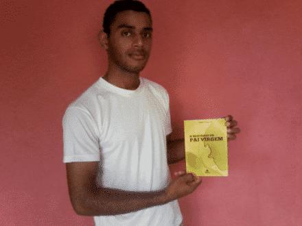 Jovem escritor Diego com seu livro