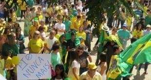 Montes Claros - 300 pessoas fazem ato contra a Dilma Rousseff em Montes Claros - Foto: Facebook