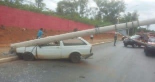 Montes Claros - Condutor supostamente alcoolizado, provoca acidente derrubando um poste de iluminação pública - Foto: Cabo Alex Jhon