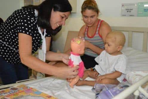 Ao lado da mãe, Anny Gabrielle recebe atenção da terapeuta ocupacional, Iara Ribeiro