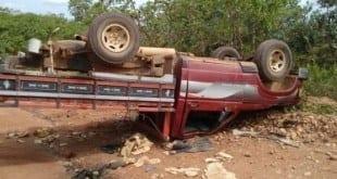 MG - Caminhonete que transportava sete pessoas na carroceria capota e deixa um morto em Turmalina