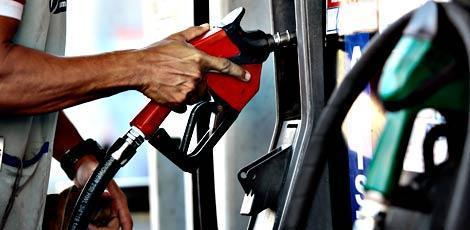 Entenda por que o petróleo está em baixa e a gasolina só faz subir no Brasil