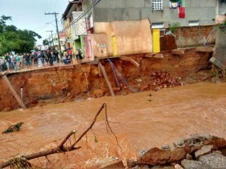 Norte de Minas - Enxurrada invade casas e lojas em Monte Azul