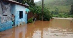 MG - Barragens se rompem e causam inundação no centro de Lambari