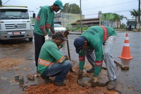 A operação tapa-buracos está sendo realizada mesmo no período chuvas