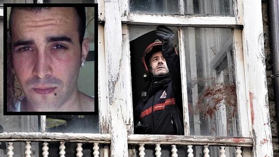 Um bombeiro inspeciona a janela através da qual o detento( na caixa)  jogou  a criança de 17 meses.