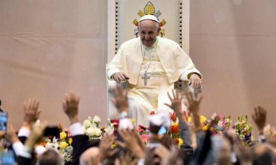 """""""O aborto não é uma questão qualquer, é um crime"""", enquanto """"evitar uma gravidez não é um mal absoluto"""", disse o papa Francisco à imprensa."""