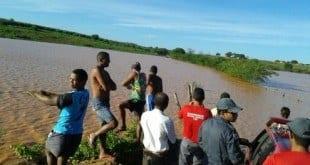 Norte de Minas - Homem tenta atravessar lagoa com caminhonete e fica ilhado em Janaúba