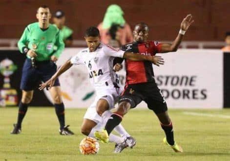 Douglas Santos, do Atléico-MG, disputa jogada com Dhawlin Leudo, do Melgar
