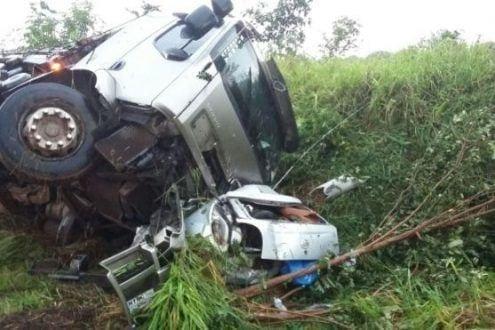 MG - Caminhão tomba sobre carro de passeio e três morrem