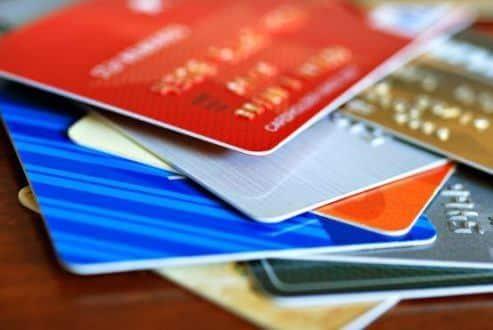 Taxa de juros no cartão de crédito chega a 419,6% ao ano em fevereiro