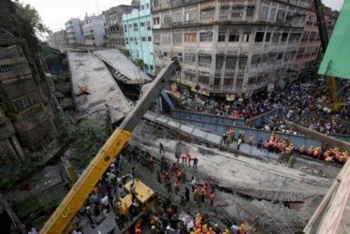 Calcutá – Homens da Força Nacional de Resposta a Desastres e do Exército indiano fazem buscas por sobreviventes depois que um viaduto desabou em Calcutá, no Leste da Índia. Há pelo menos 14 pessoas mortos e 70 feridos