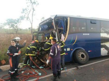 Montes Claros - Batida entre ônibus e caminhão deixa motorista presso preso as ferragens em Montes Claros