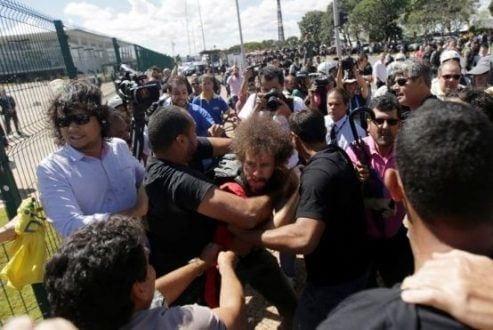 Homem vestido de vermelho foi atacado por manifestantes contra o governo / Ricardo Moraes/Reuters