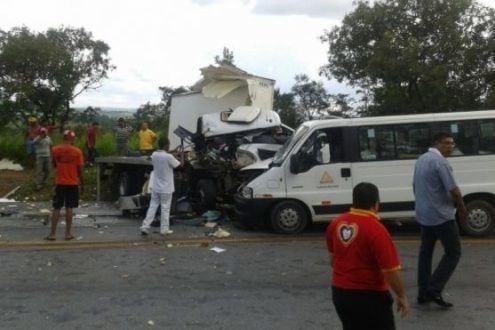 MG - Caminhoneiro invade contramão e morre em Bom Despacho