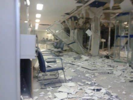 Em Arcos, no centro-oeste de MG, agência da Caixa Econômica ficou destruída após a ação dos criminosos