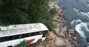 MG - Ônibus despenca de 20 metros em Turmalina deixando 07 pessoas em estado grave - Foto: Corpo de Bomberios