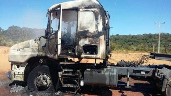 Montes Claros - Caminhão pega fogo ao tocar com a caçamba fios de alta tensão em Montes Claros - Foto: WhastApp