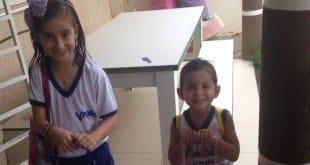 Maria Eduarda e Mariana Rocha fizeram tratamento para combater o piolho