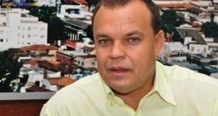 O presidente da Câmara Municipal de Montes Claros, o vereador Marcos Nem (PSD), entrou com pedido, nesta quinta-feira (05/05/2016), para a assessoria jurídica da Câmara investigar se o prefeito Ruy Muniz pode ou não exercer o cargo mesmo na cadeia.