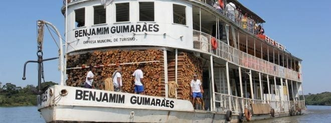A embarcação é a única no mundo ainda funcionando pelo sistema original a lenha e caldeira