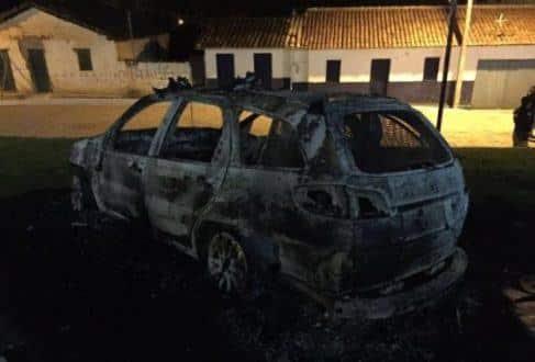 Norte de Minas - Viatura da PM é incendiada por dupla em Josenópolis