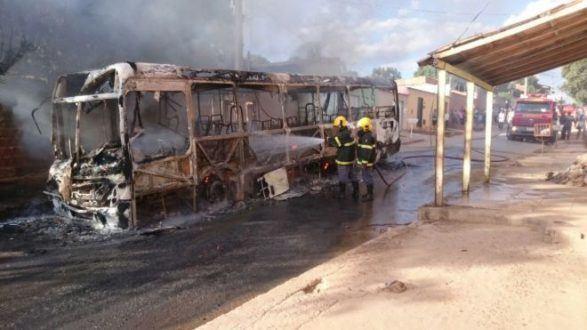 Montes Claros - Mais um ônibus coletivo é incendiado em Montes Claros - Foto: M. Miranda