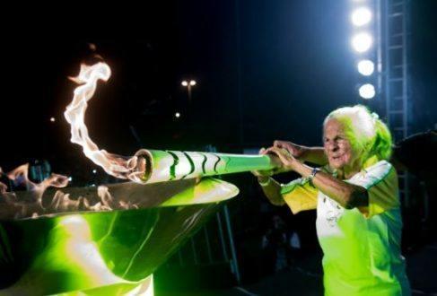Momento em que vovó Iaiá acende a pira olímpica em Macapá, após o revezamento da tocha